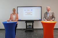 Foto: Andrea Pape (v.l.) Hannah Otto, Prowise Education Advisor; Dr. Michael Wandersleb, Vorstandsvorsitzender KITU und Geschäftsführer KID